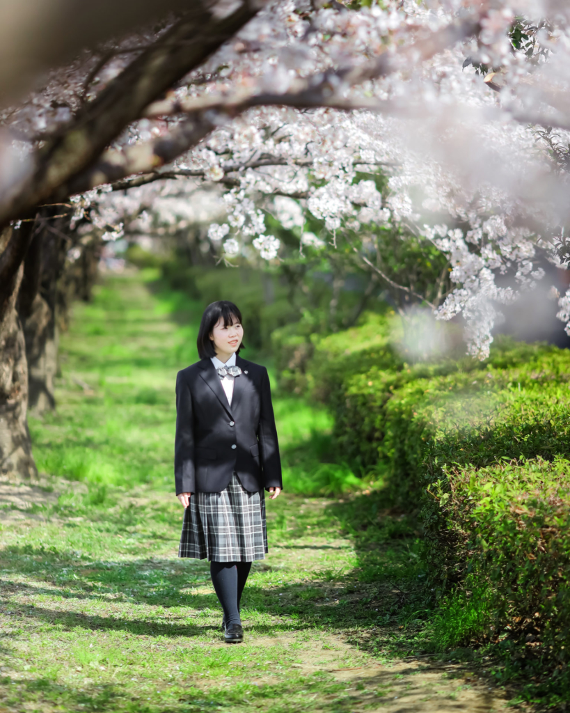桜の下を歩いている写真