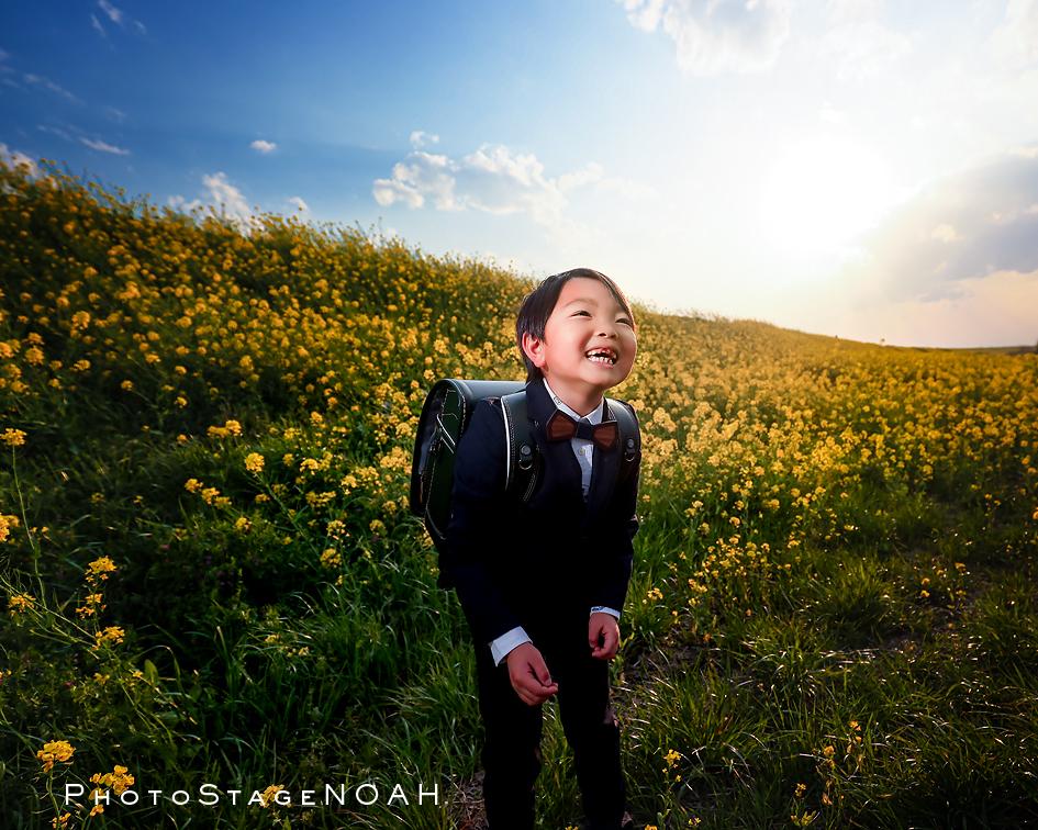 菜の花にかこまれて入学記念写真